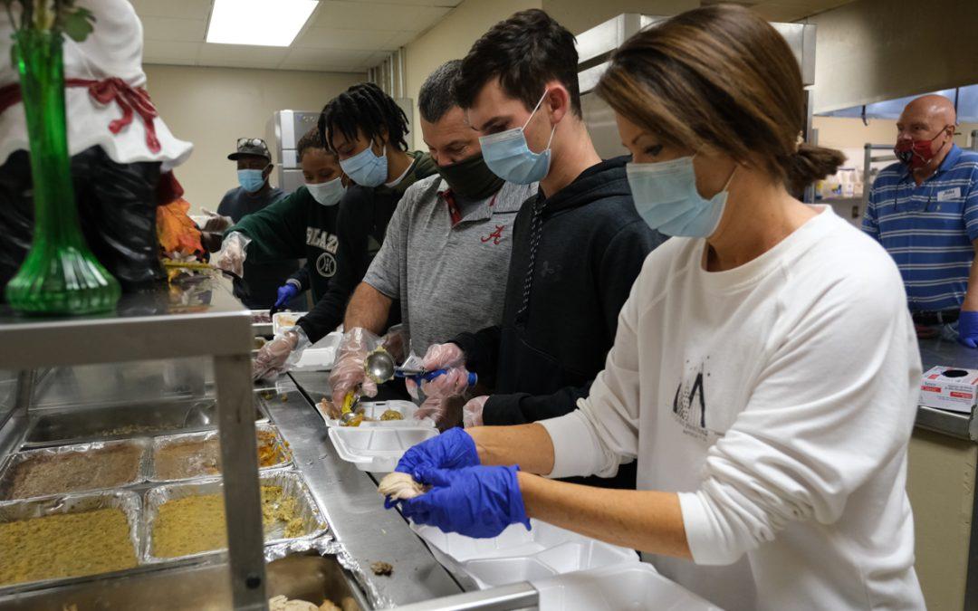 Volunteers deliver joy on Thanksgiving